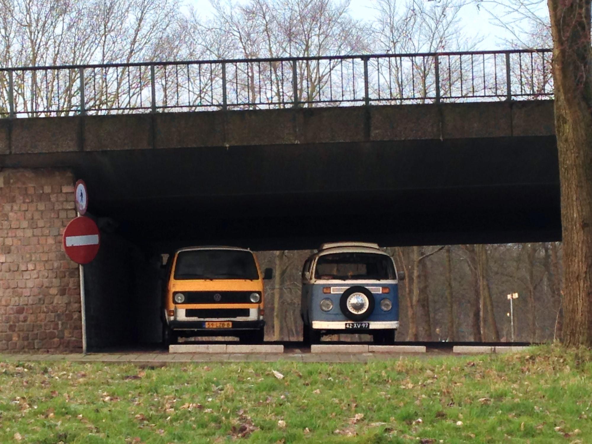 Gele bus onder het viaduct