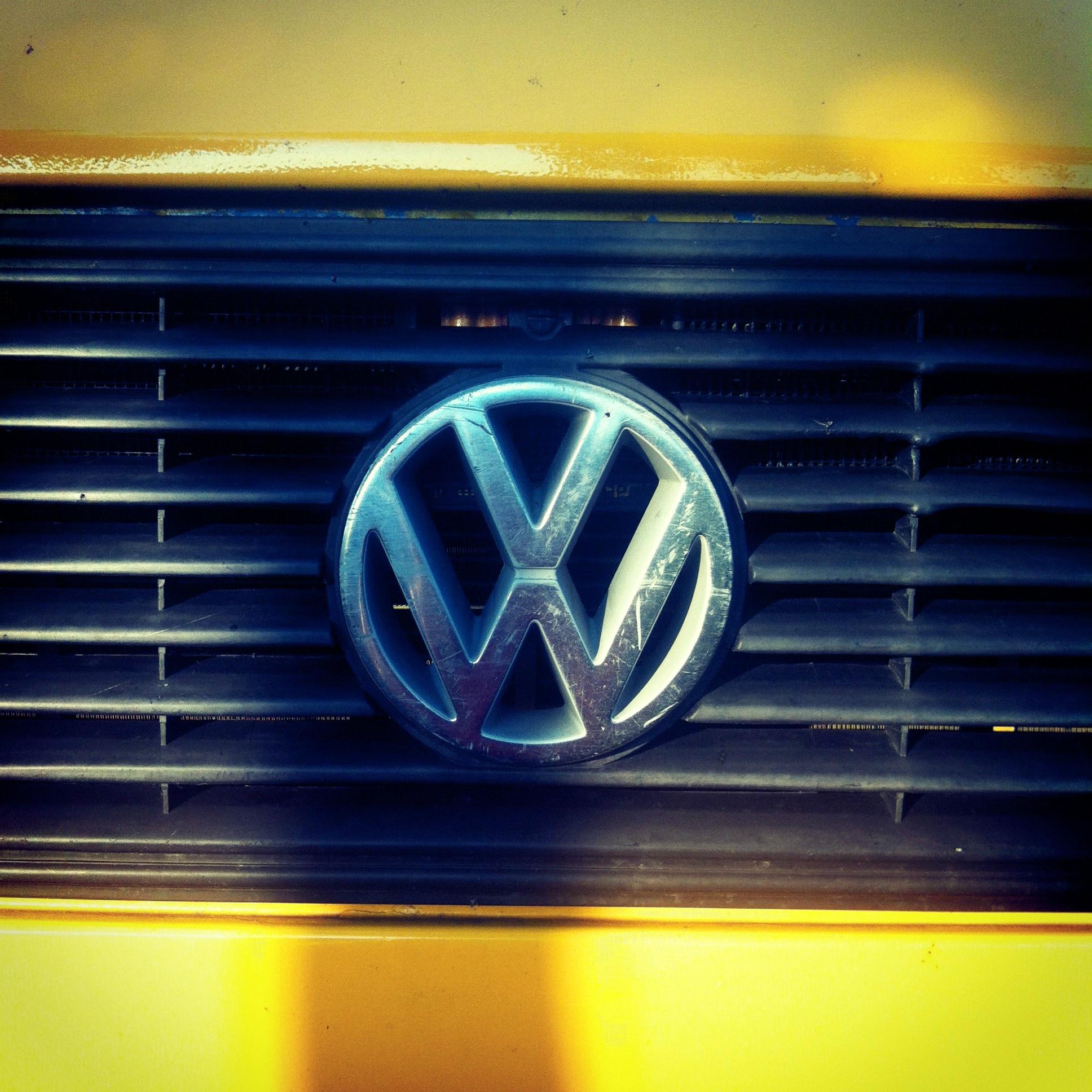 gele bus VW logo