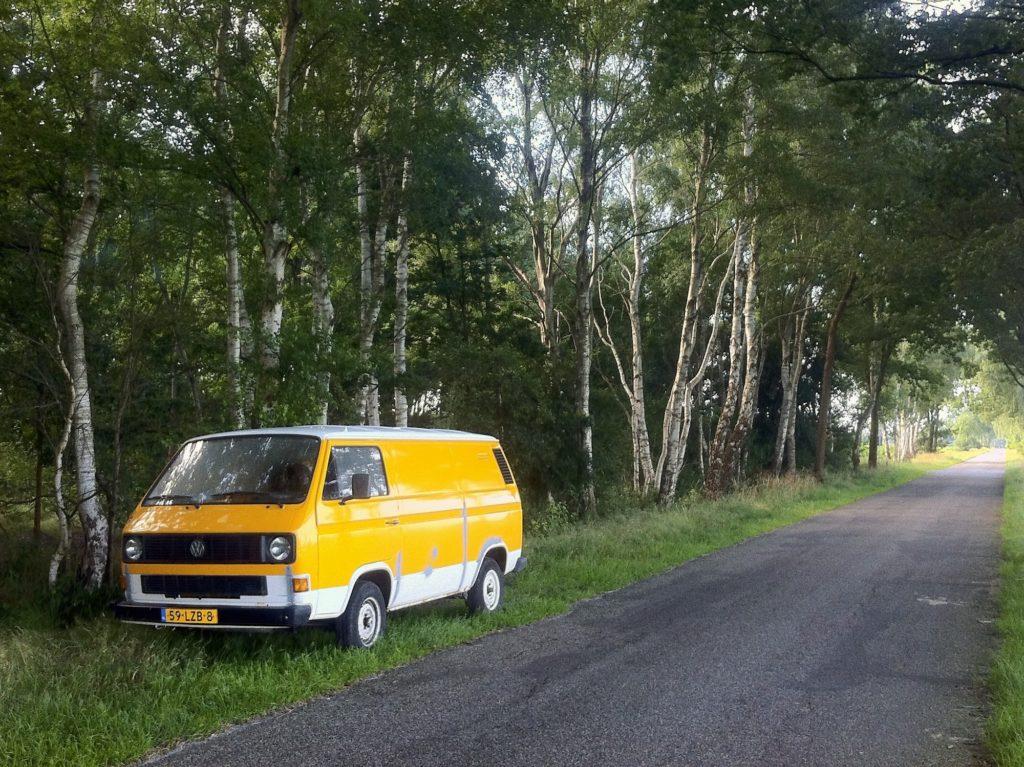 De gele bus onderweg slapen